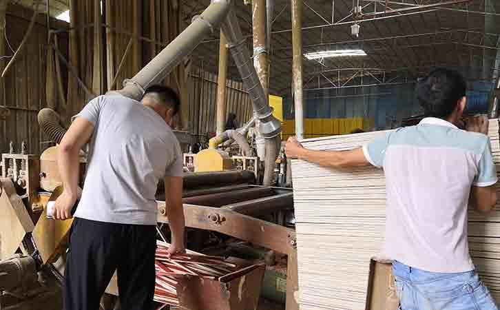 广西建筑模板十大品牌-优**质厂家鑫虹泰的生产设备裁边机